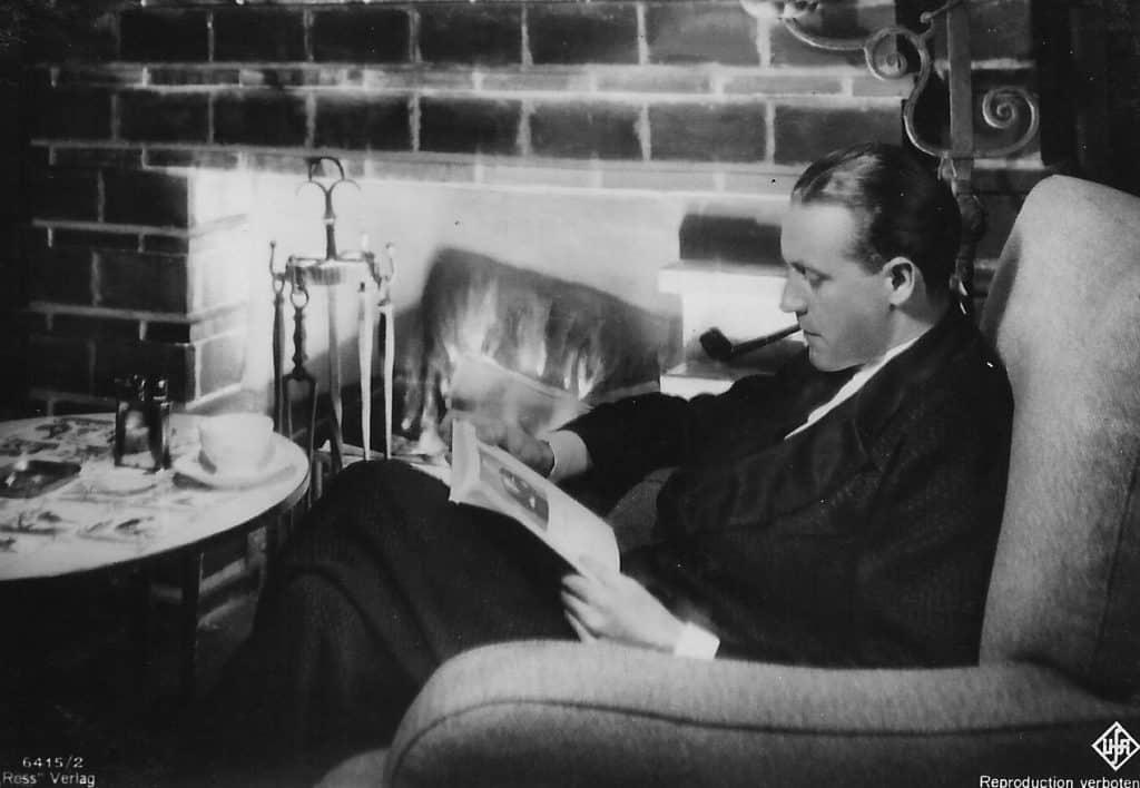 Der Schaupieler Willy Fritsch liest ein Buch
