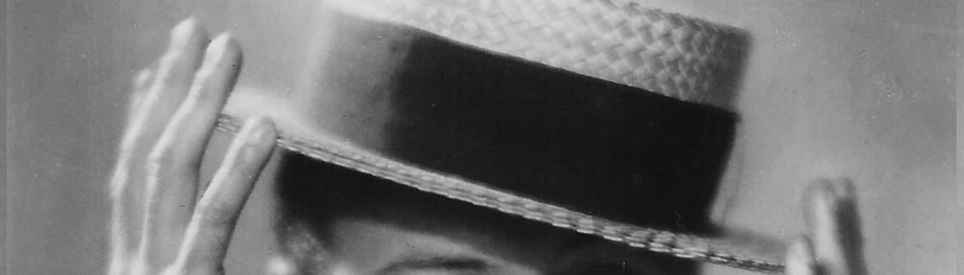 Der Schauspieler Willy Fritsch hebt seinen Hut 1932