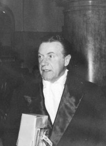 Der Schauspieler Willy Fritsch beim Verlassen des Filmballs
