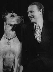 Der Schauspieler Willy Fritsch mit Hund
