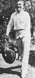 Willy Fritsch hält einen Kürbis