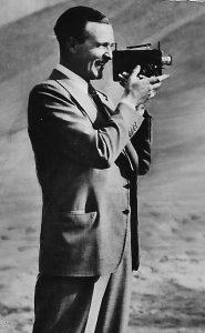 Willy Fritsch filmt mit seiner Kamera