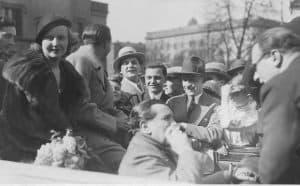 Willy Fritsch und Lilian Harvey umringt von Fans