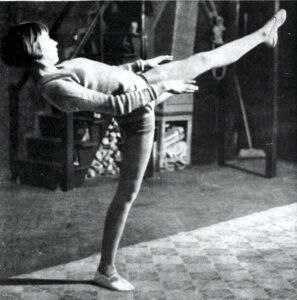 Dinah Grace beim Artistik-Unterricht