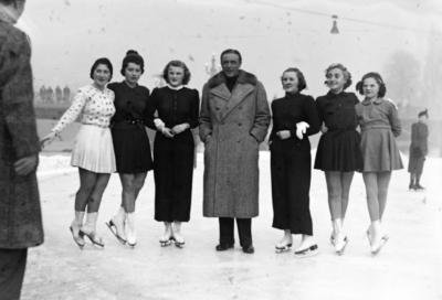 Willy Fritsch mit Fans in Budapest, 1939